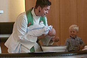 Gudstjeneste med dåp på søndag