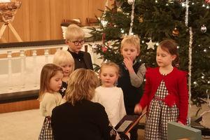 Mye moro med mange barn på juletrefest!